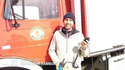 Wehrführer Steffan Griebel während der abschließenden Funkübung mit einem der neuen Digitalfunkgeräte