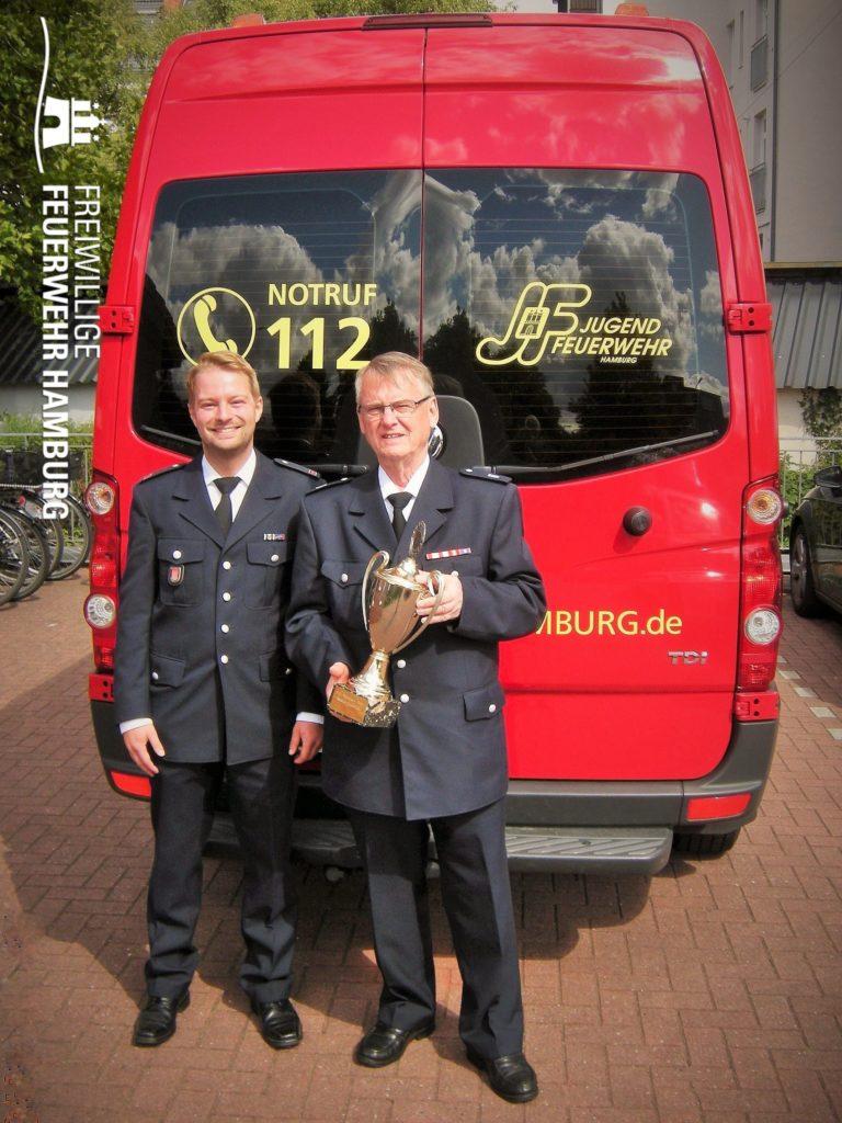 Fritz Bahlo mit Pokal und Tobias Moll (© Fro)