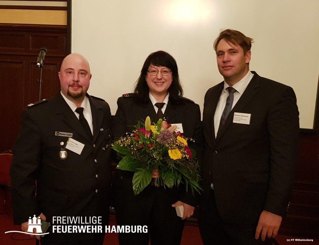 Stefan Leder (Wehrführer FF Wilhelmsburg), Silvia Naujoks (Preisträgerin, FF Wilhelmsburg), Michael Weinreich (SPD)