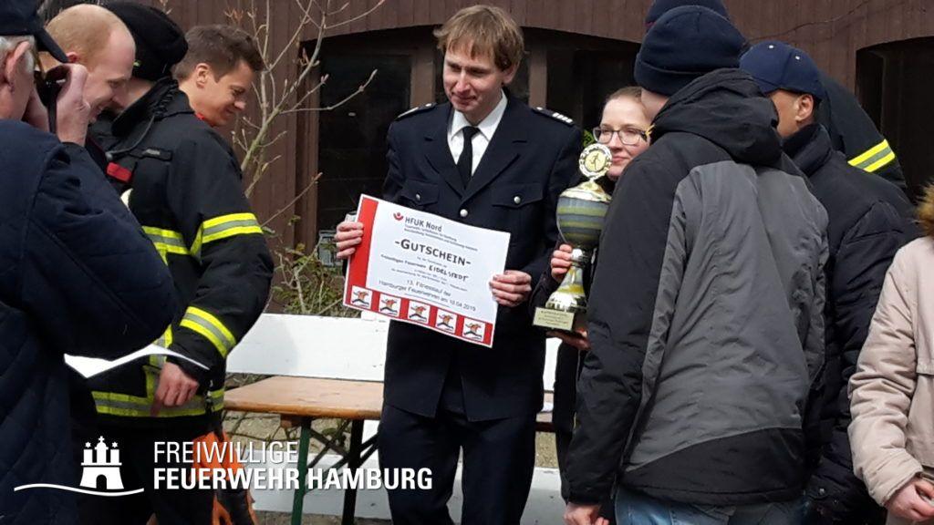 BerF J. Wilbrandt überreicht den Gewinnergutschein an die FF Eidelstedt.