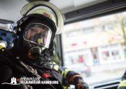 Auf der Anfahrt legt der Angriffstrupp bereits die Ausrüstung für die Brandbekämpfung an.