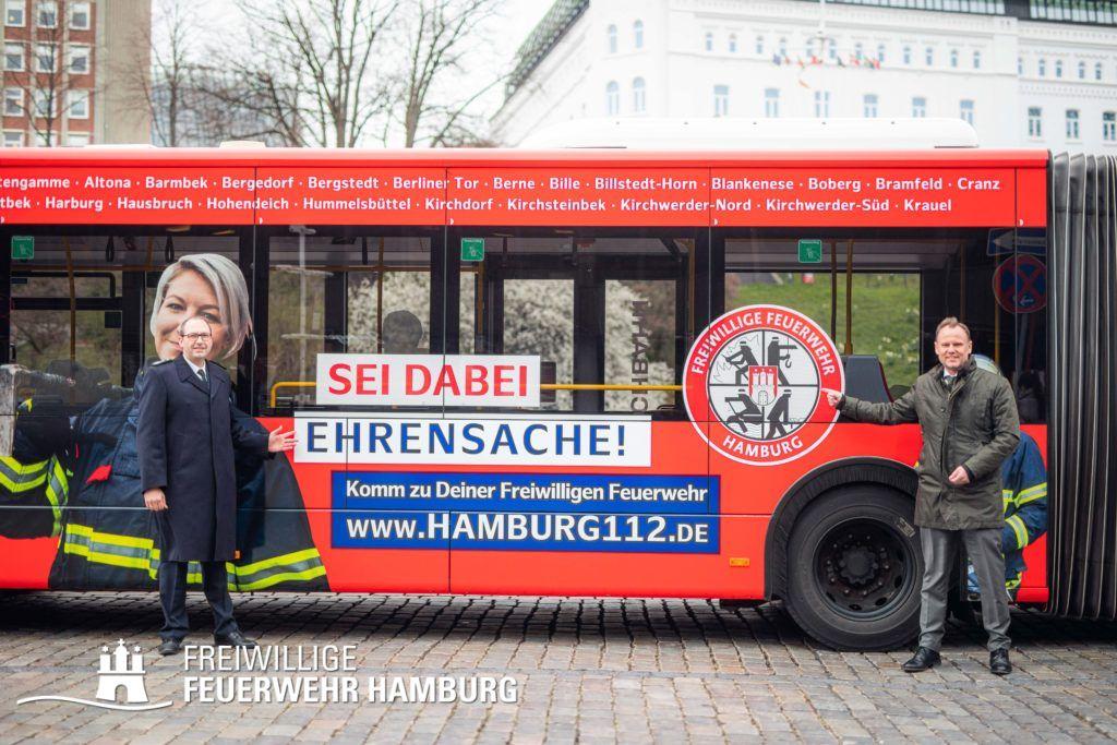 Sei dabei - Ehrensache! Innensenator Andy Grote und Landesbereichsführer Harald Burghart präsentieren die neuen Busse im Kleid der Freiwilligen Feuerwehr Hamburg.